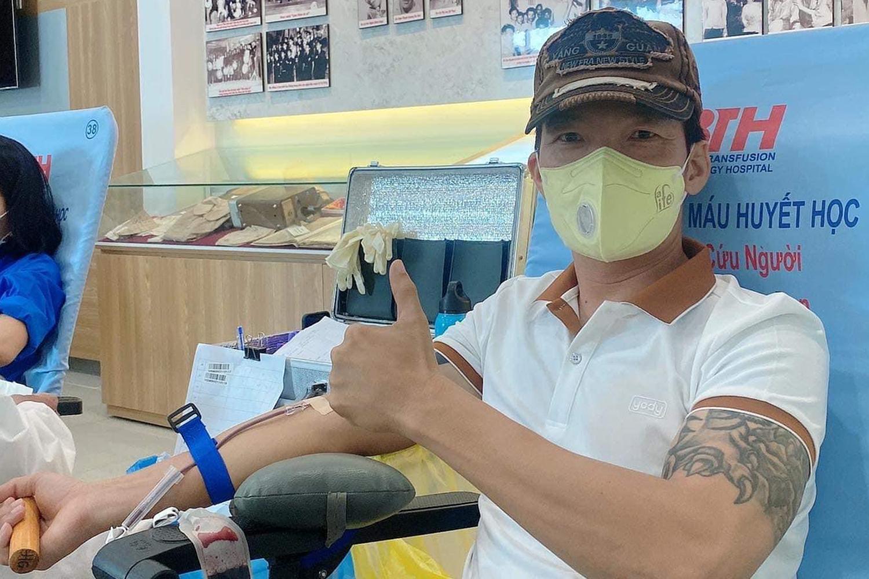 Diễn viên Peter Phạm - một trong các tình nguyện viên của nhóm nghệ sĩ chống dịch - hưởng ứng lời kêu gọi hiến máu.