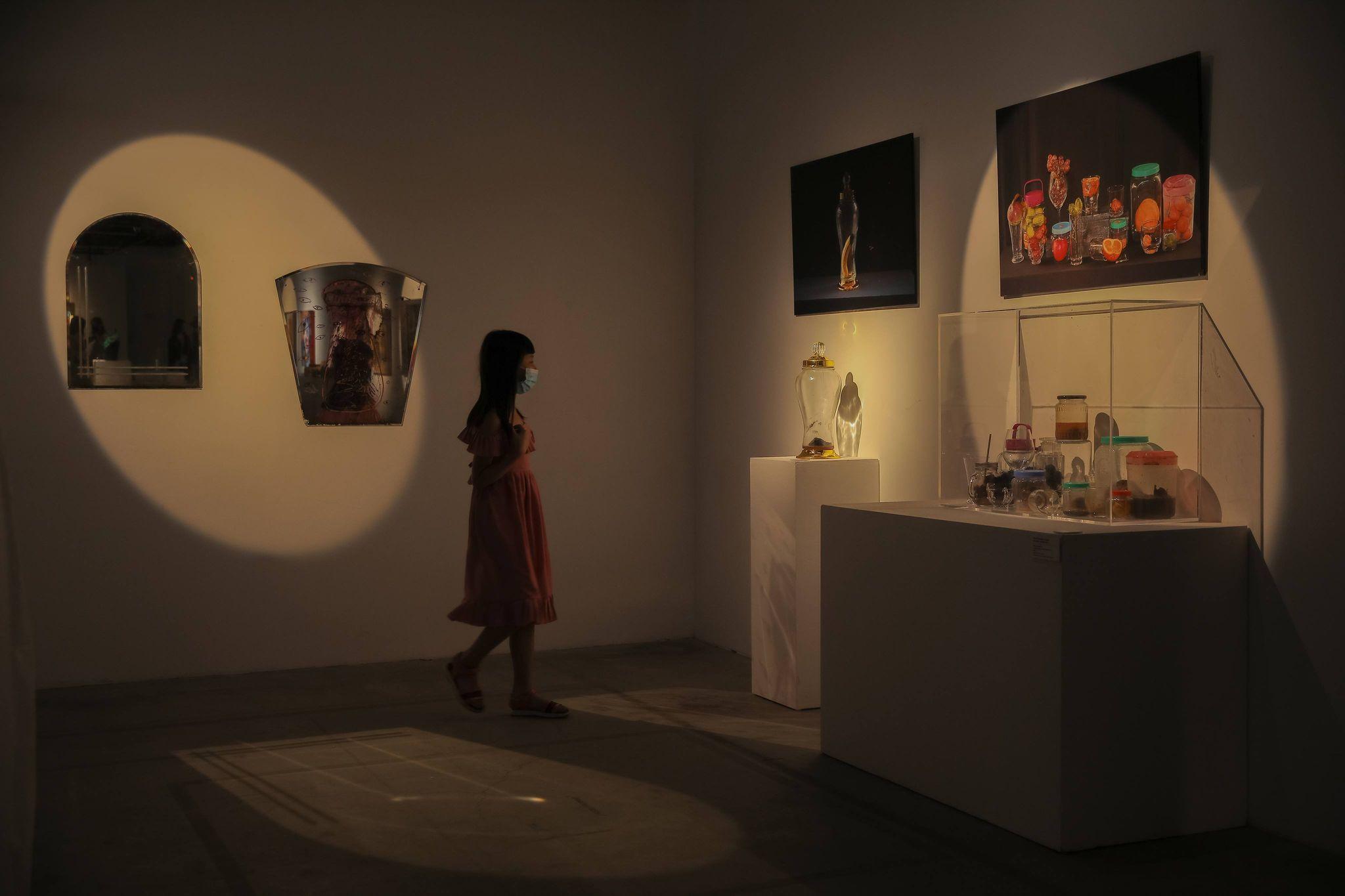 Triển lãm trưng bày đa dạng tác phẩm như điêu khắc, nhiếp ảnh...