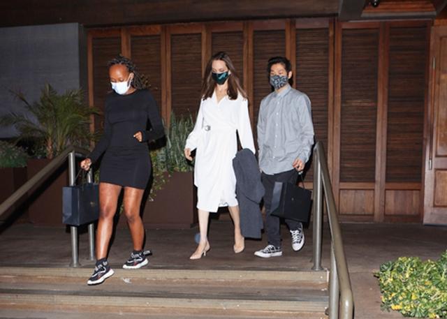 Angelina Jolie (giữa) và hai con Zahara (trái), Pax Thiên đi ăn tối tại nhà hàng hôm 21/6. Ảnh: Backgrid.