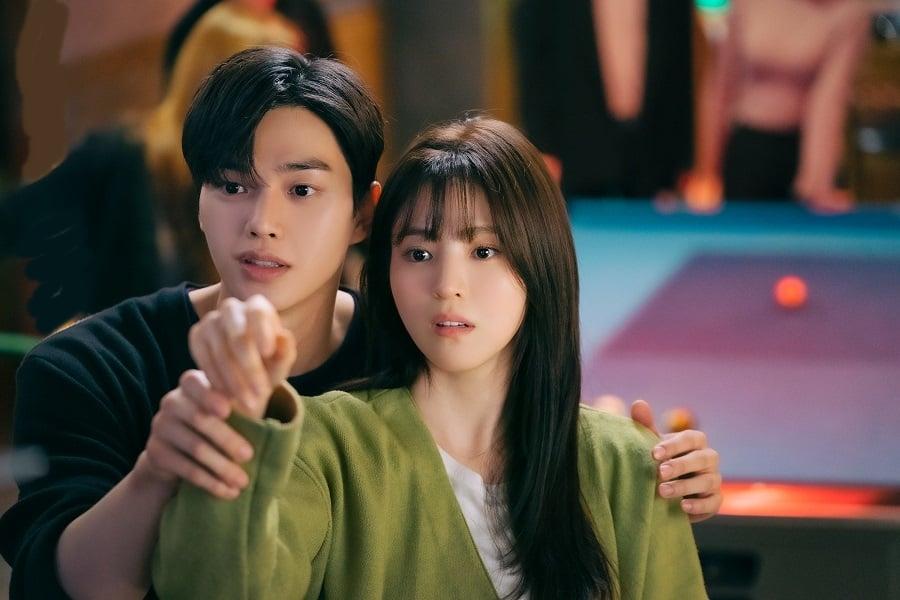 Han Soo Hee (phải) và Song Kang trong tạo hình phim Nevertheless. Ảnh: jTBC.