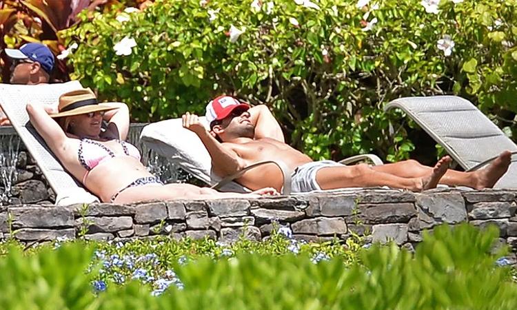 Sam Asghari (phải) cùng Britney Spears đến Hawaii nghỉ dưỡng dịp cuối tuần qua. Ảnh: Backgrid.
