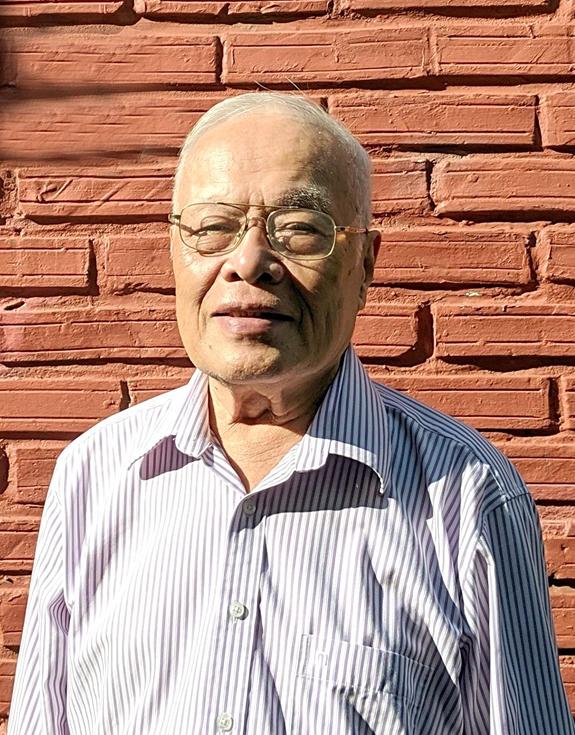 Giáo sư Phong Lê, tên thật là Lê Phong Sừ, sinh năm 1938 ở Sơn Trà, huyện Hương Sơn, Hà Tĩnh.