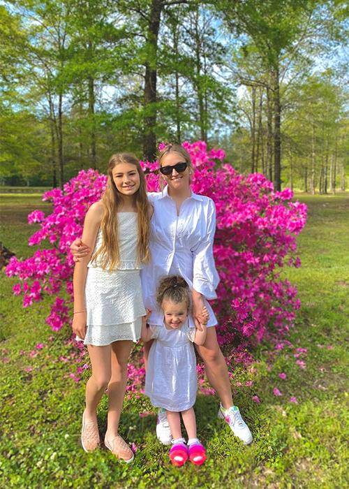 Jamie Lynn Spears (kính đen) và hai con gái. Ảnh: Jamie Lynn Spears.
