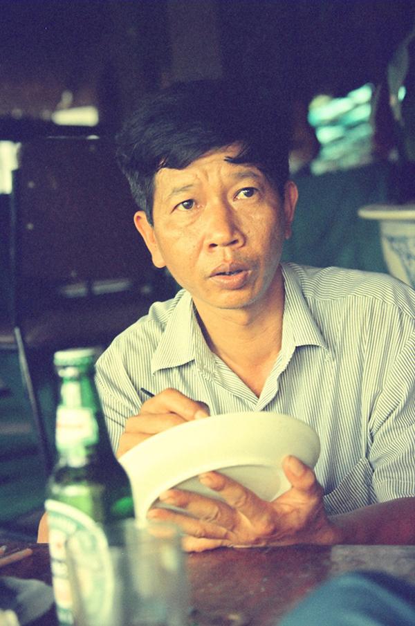 Nhà văn Nguyễn Huy Thiệp vẽ trên đĩa gốm khi còn khỏe mạnh. Ảnh: Nguyễn Đình Toán.