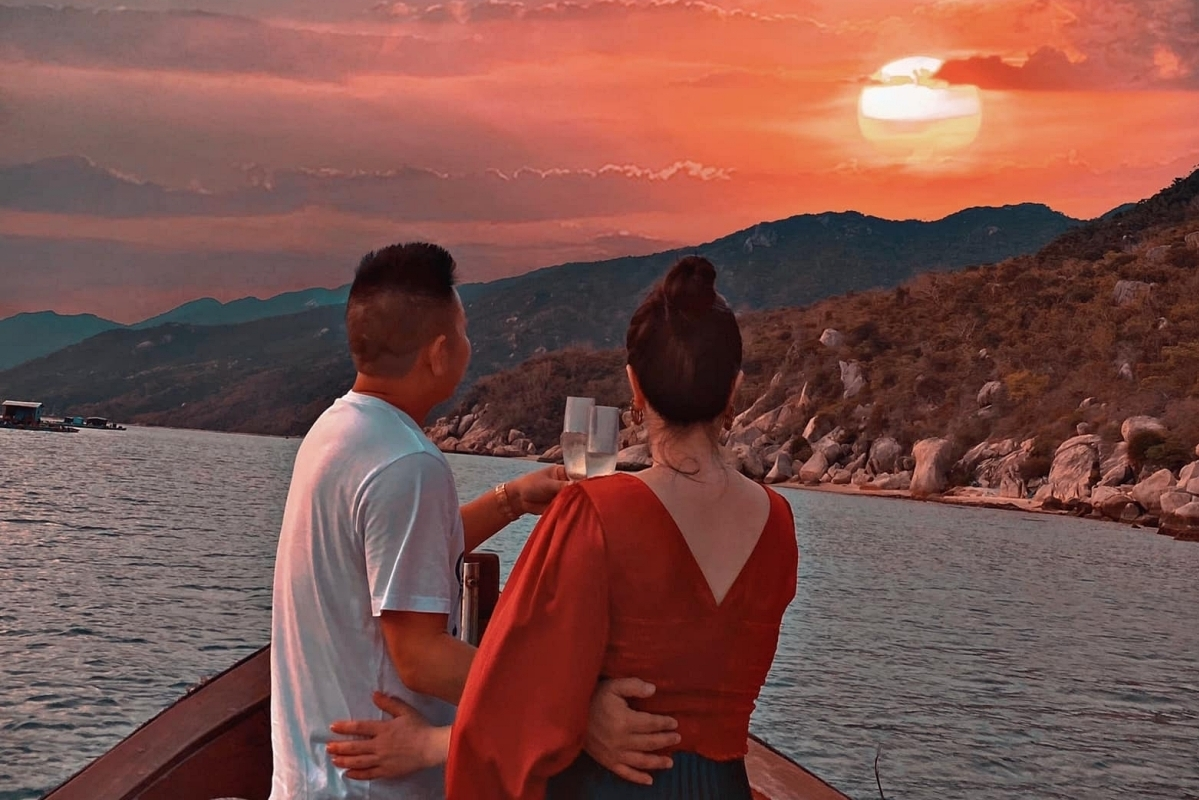 Cô đăng ảnh bên ông xã từ phía sau nhân kỷ niệm sáu tháng về cùng một nhà. Chồng Bảo Thy - doanh nhân Phan Lĩnh - thích sự riêng tư, vì vậy cô hiếm khi công khai ảnh anh.