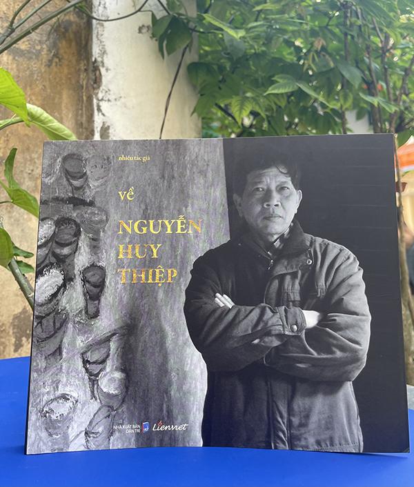 Cuốn Về Nguyễn Huy Thiệp. Ảnh: Liên Việt.