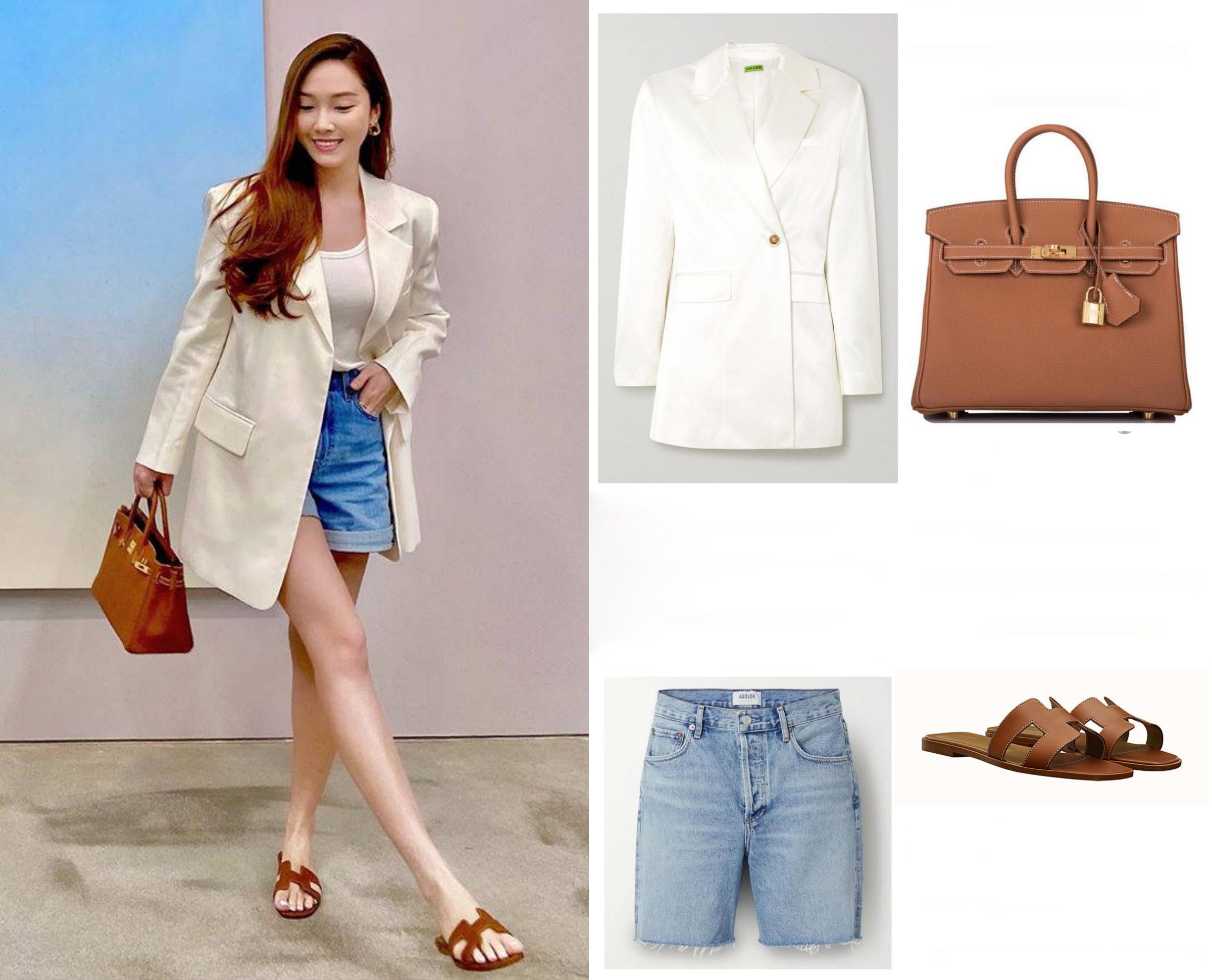 Khi dạo chơi cùng bạn bè, cô mix-match áo tank top trắng với quần short jeans hiệu Agolde, blazer của hãng Gauge81 và dép Hermes. Túi Birkin cỡ 25 cm giá 21.000 USD.