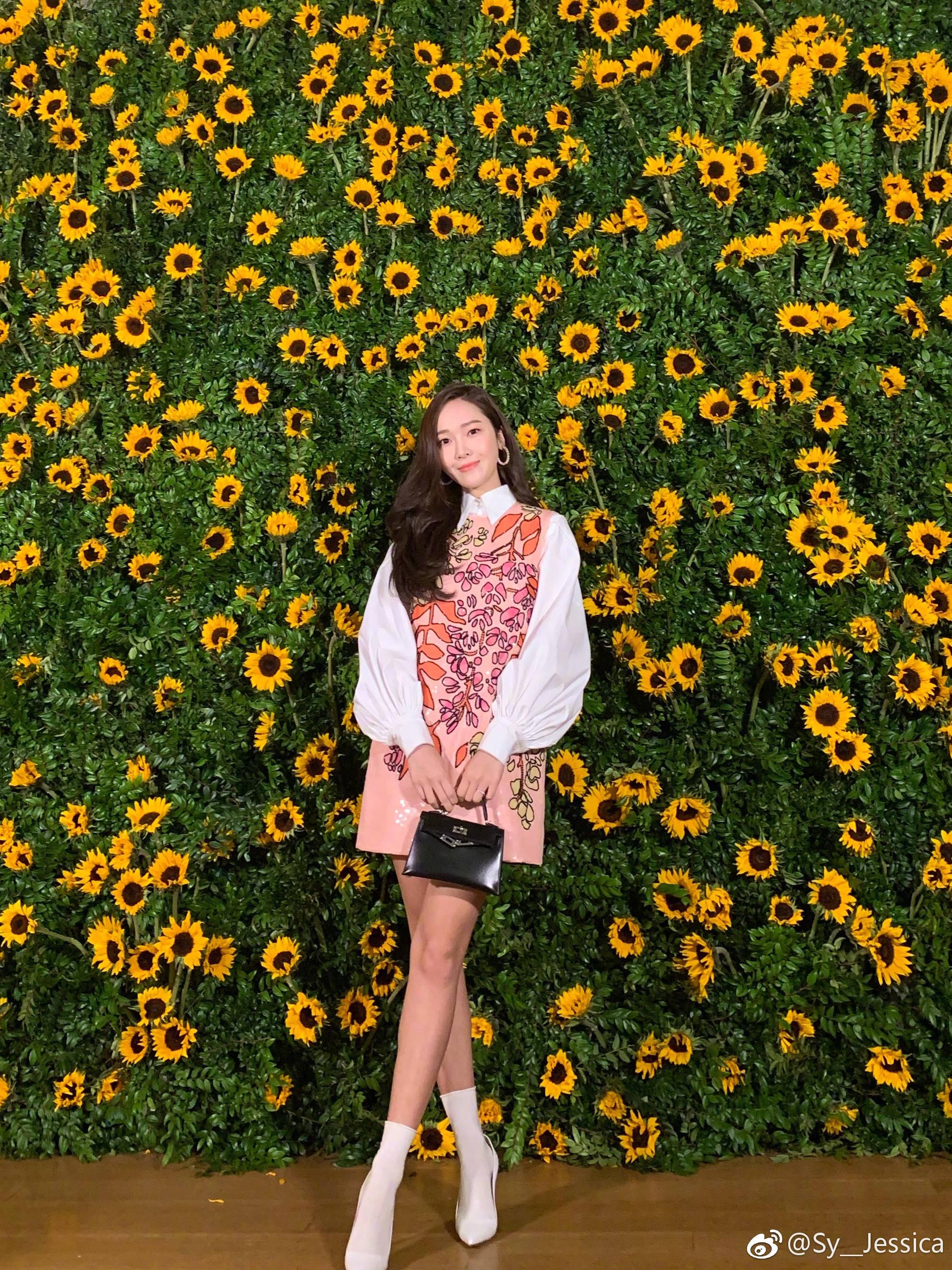 Người đẹp kết hợp túi Kelly mini với váy sơ mi họa tiêt hoa lá nằm trong bộ sưu tập Tiền Thu của nhà mốt Carolina Herrera. Cũng giống G-Dragon, phong cách của ca sĩ được nhiều cô gái trẻ học theo.