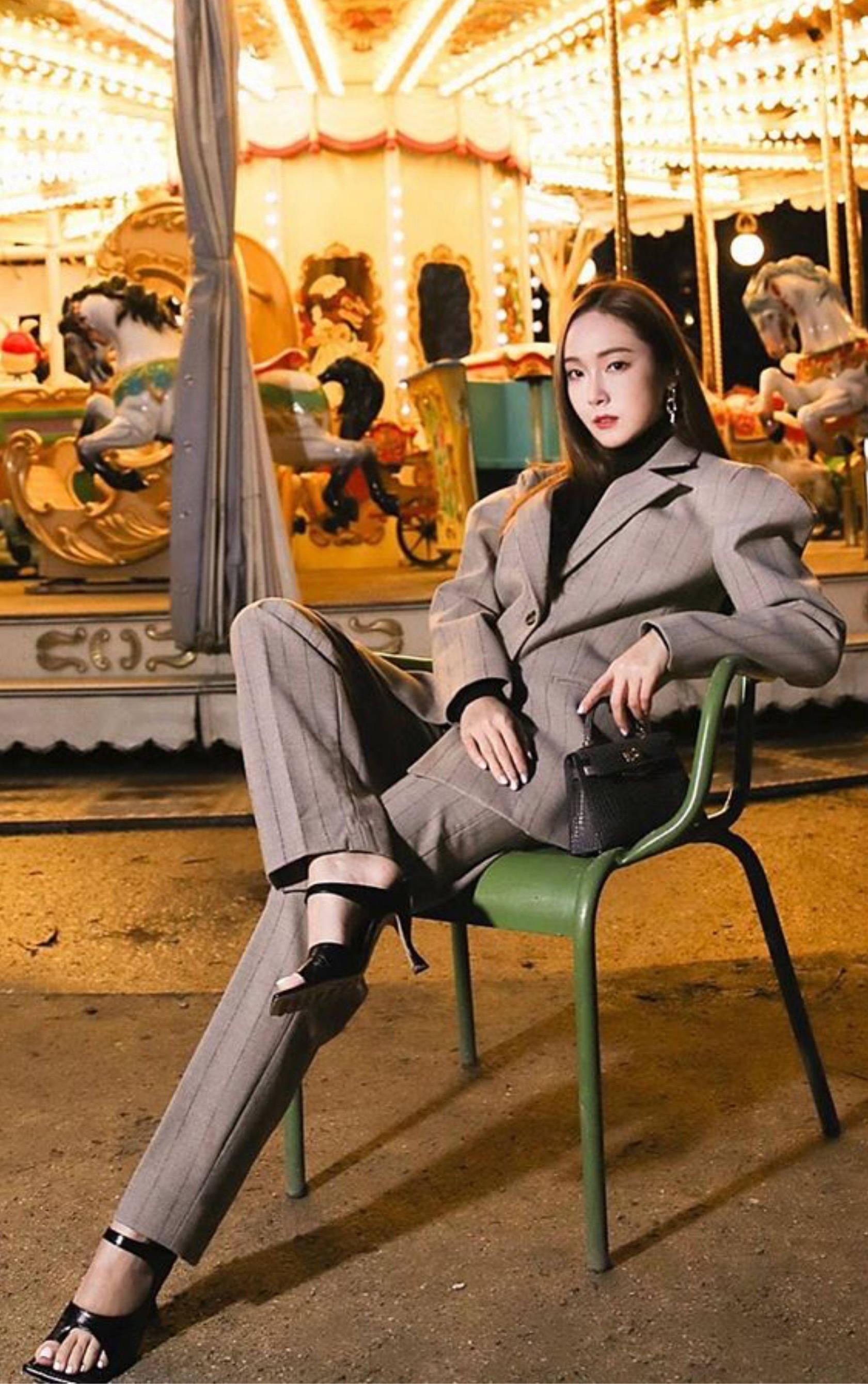 Gần 400.000 người thích phong cách của ca sĩ trong loạt ảnh trên Instagram hồi tháng 4/2020. Cô kết hợp áo len cổ lọ với cây Wandering kẻ sọc, mang sandals Bottega Veneta. Túi Kelly mini cỡ 20 cm là bản giới hạn, chế tác từ da cá sấu, giá lên tới 68.995 USD.