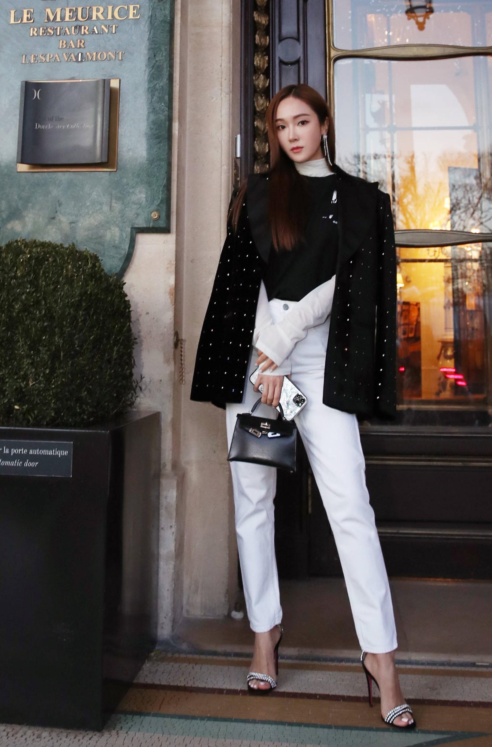 Cô khoe dáng trước khách sạn ở Paris, Pháp với quần trắng, áo nỉ chui đầu Off White, áo khoác cách điệu Madga Butrym, sandals hiệu Gucci. Dòng túi Kelly mini đen cỡ 20 cm, giá 20.150 USD. Nhờ vẻ ngoài lạnh lùng và thân hình chuẩn, cô trở thành một trong những thần tượng đắt show  thời trang, chụp hình tạp chí nhất Hàn Quốc.