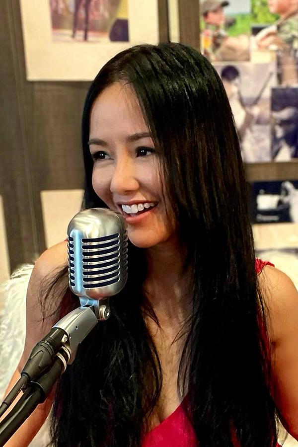 Hồng Nhung thu âm ca khúc mới Một nhành hoa phượng vĩ tại nhà trong thời gian giãn cách.