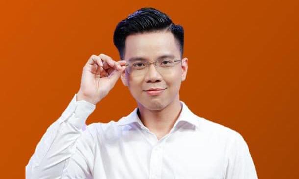 Thầy giáo Thái Dương sinh năm 1991. Ngoài dạy tiếng Anh, anh nổi tiếng trên mạng xã hội nhờ tài chơi đàn, ca hát và sáng tác. Ảnh: Facebook Nguyễn Thái Dương.