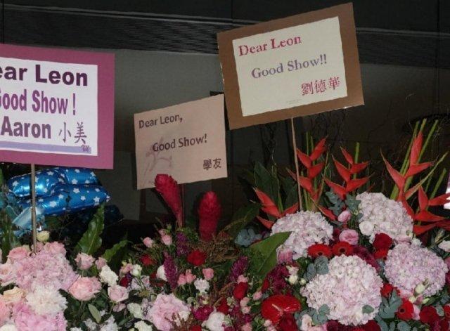 Quách Phú Thành, Trương Học Hữu và Lưu Đức Hoa tặng hoa cho Lê Minh. Ảnh: On.