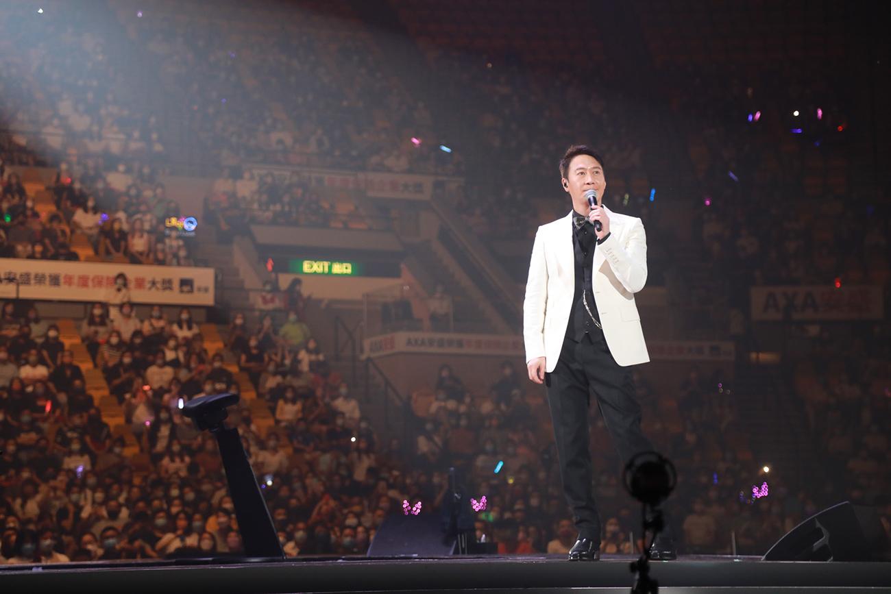 Khán giả đeo khẩu trang xem liveshow. Ảnh: HK01.