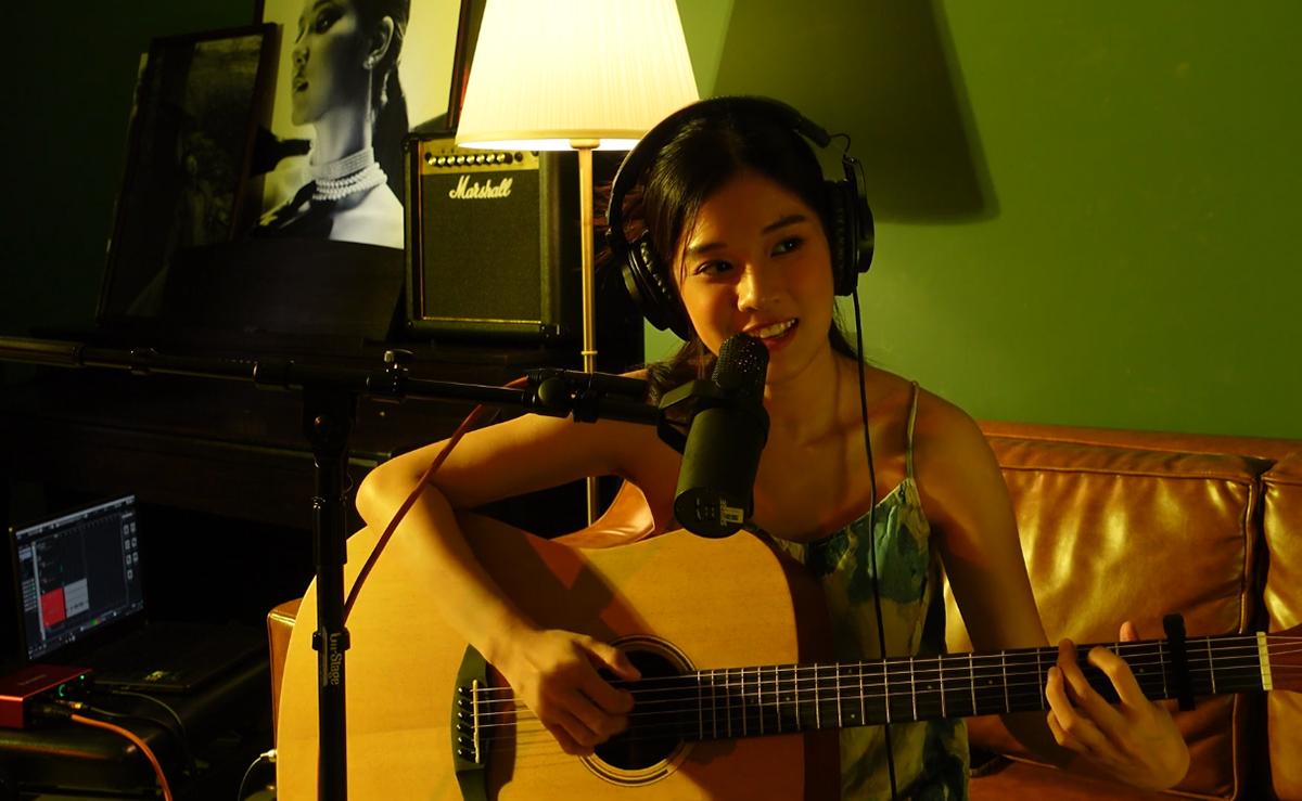 Hoàng Yến Chibi sáng tác nhạc khi ở nhà tránh dịch. Ảnh: Nhân vật cung cấp.