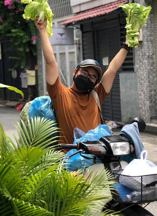 Stylist Long Áo Dài trong nhóm của nhà thiết kế Thuận Việt phát rau cho người dân bị thiếu lương thực. Ảnh: Facebook Long Aodai.