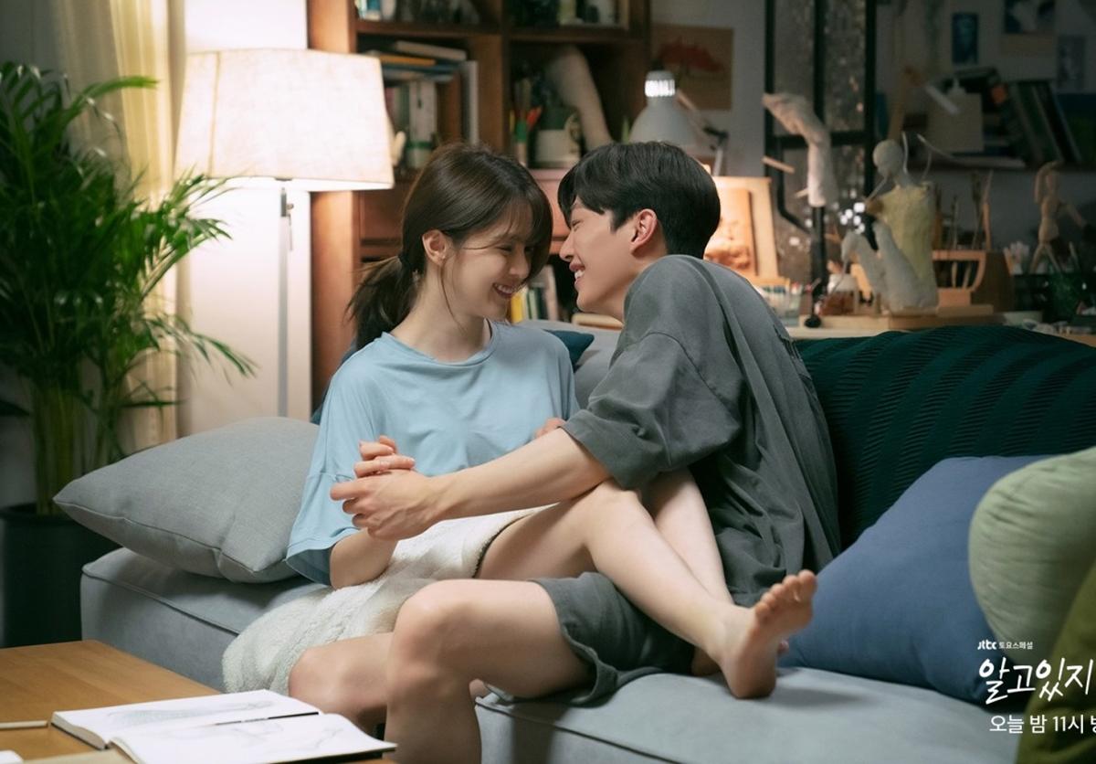 Han So Hee và Song Kang vướng tin đồn phim giả tình thật vì nhan sắc và sự ăn ý trên phim trường. Ảnh: jTBC.