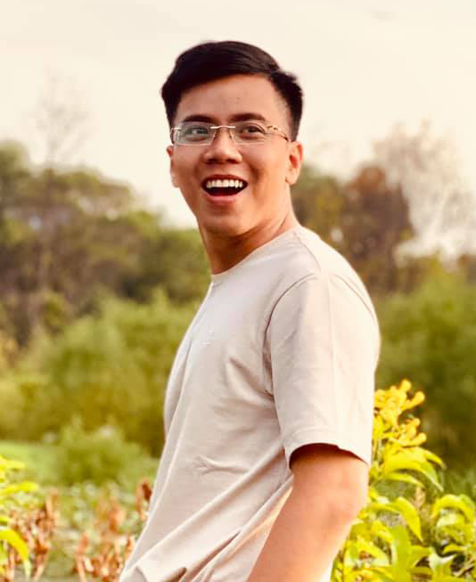Thái Dương sinh năm 1991. Ngoài dạy tiếng Anh, anh nổi tiếng trên mạng xã hội nhờ tài chơi đàn, ca hát và sáng tác. Ảnh: Facebook Nguyễn Thái Dương.