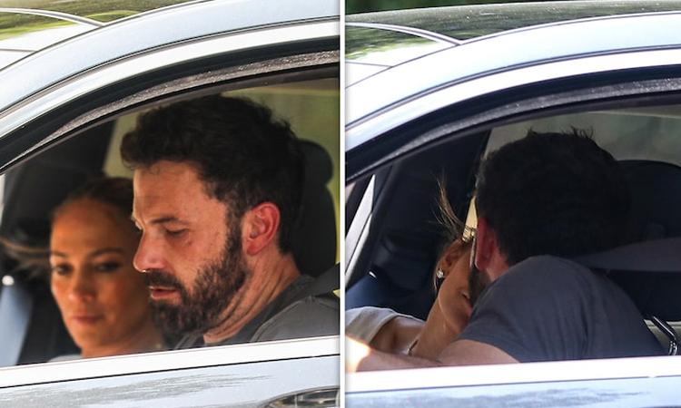 Ben Affleck và Jennifer Lopez đi xem nhà mới. Ảnh: Backgrid.