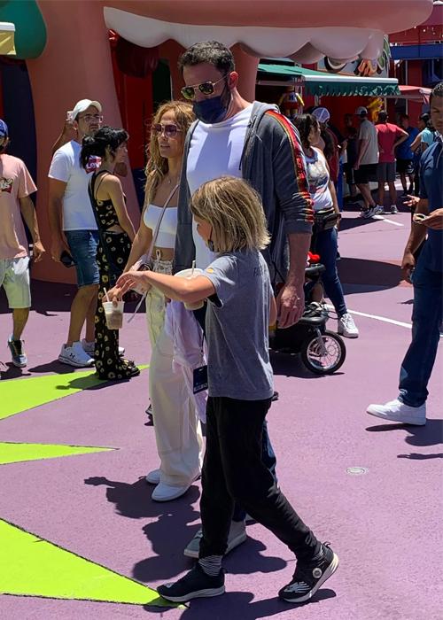 Ben Affleck (kính đen) bên bạn gái Jennifer Lopez và con trai Samuel (chín tuổi) đi chơi công viên hồi đàu tháng 7. Cậu bé là con của Affleck và nữ diễn viên Jennifer Garner. Ảnh: SWNS.