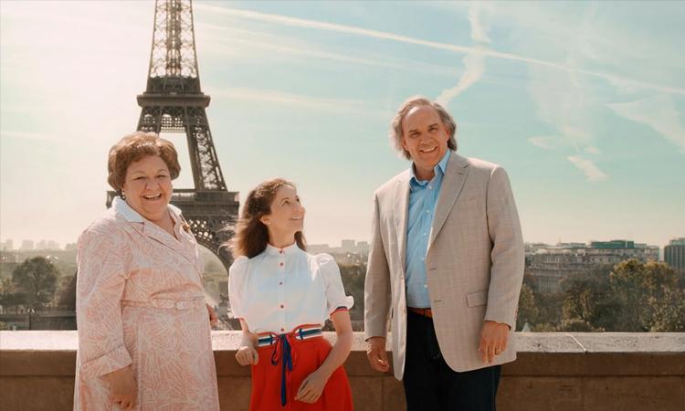 Valérie Lemercier (giữa) trong vai Aline thời thiếu niên. Ảnh: TF1 Films Production.
