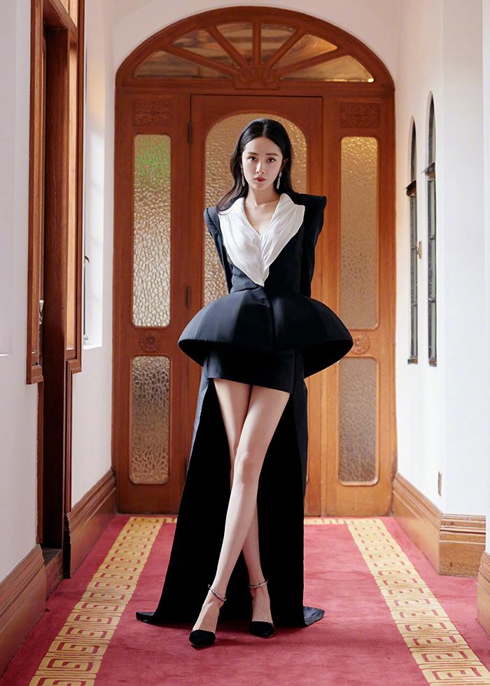 Cùng sự kiện, cô còn mặc thiết kế bất đối xứng trong bộ sưu tập Thu Đông 2021 của Ronald van der Kemp.