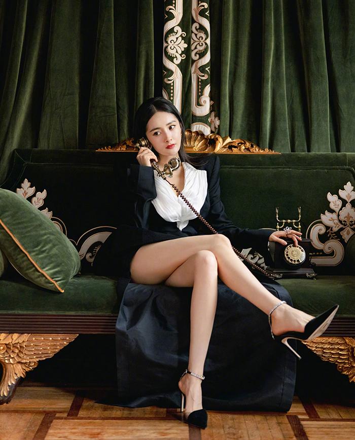 Người đẹp Tam sinh tam thế thập lý đào hoa đeo nữ trang kim cương đồng điệu tông màu trang phục.