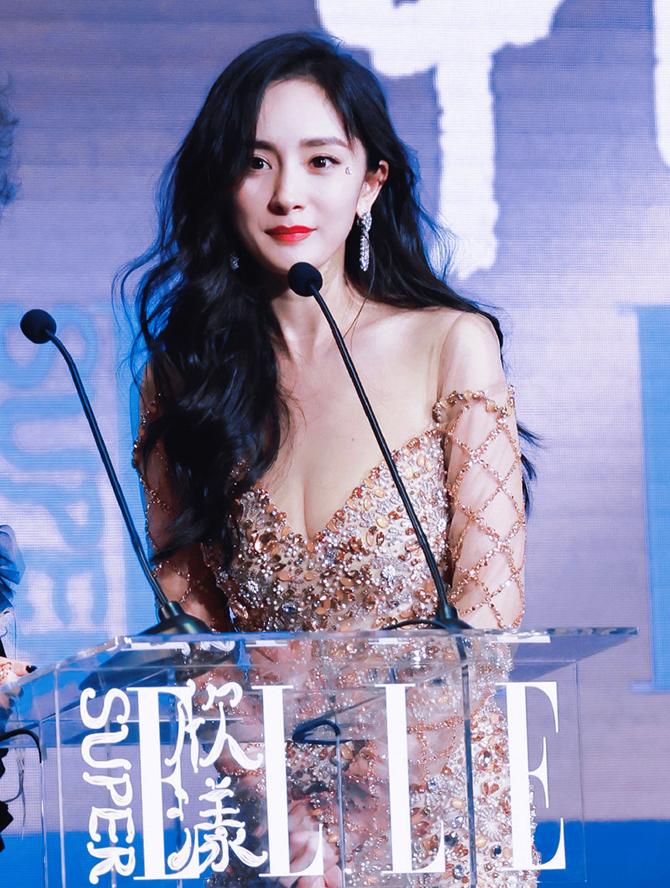 Người đẹp 35 tuổi chọn đầm xẻ ngực dự lễ trao giải do tạp chí Elle tổ chức ngày 15/7 ở Thượng Hải.
