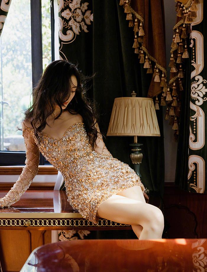 Dương Mịch được nhiều tạp chí thời trang khen quyến rũ qua thiết kế ôm sát của Georges Hobeika.