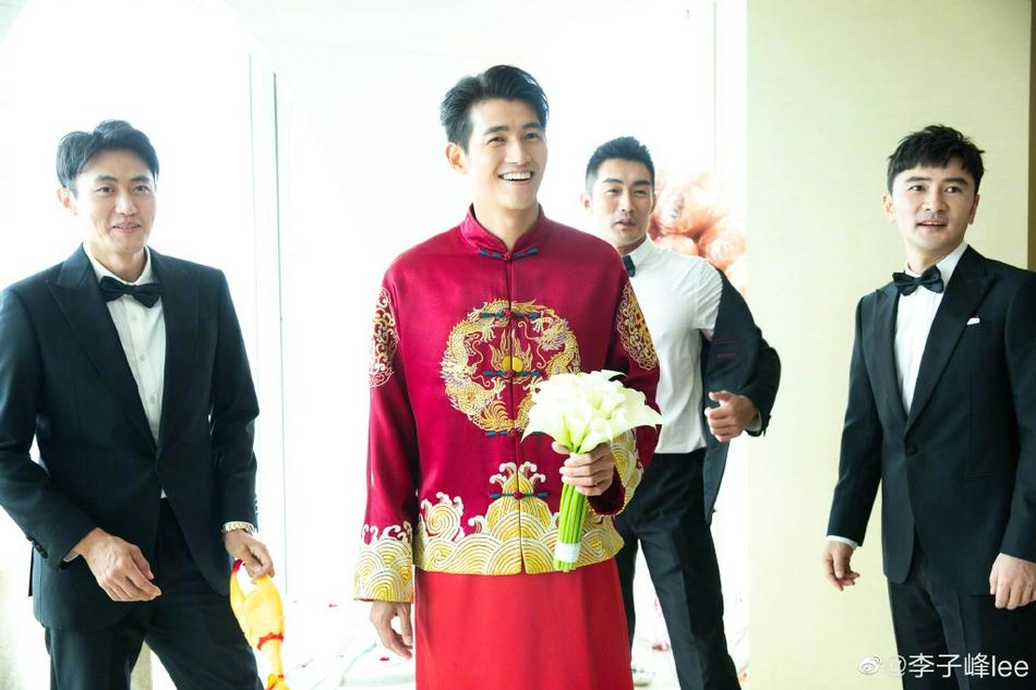 Tài tử 35 tuổi mặc trang phục truyền thống trong lễ rước dâu diễn ra ở Bắc Kinh.