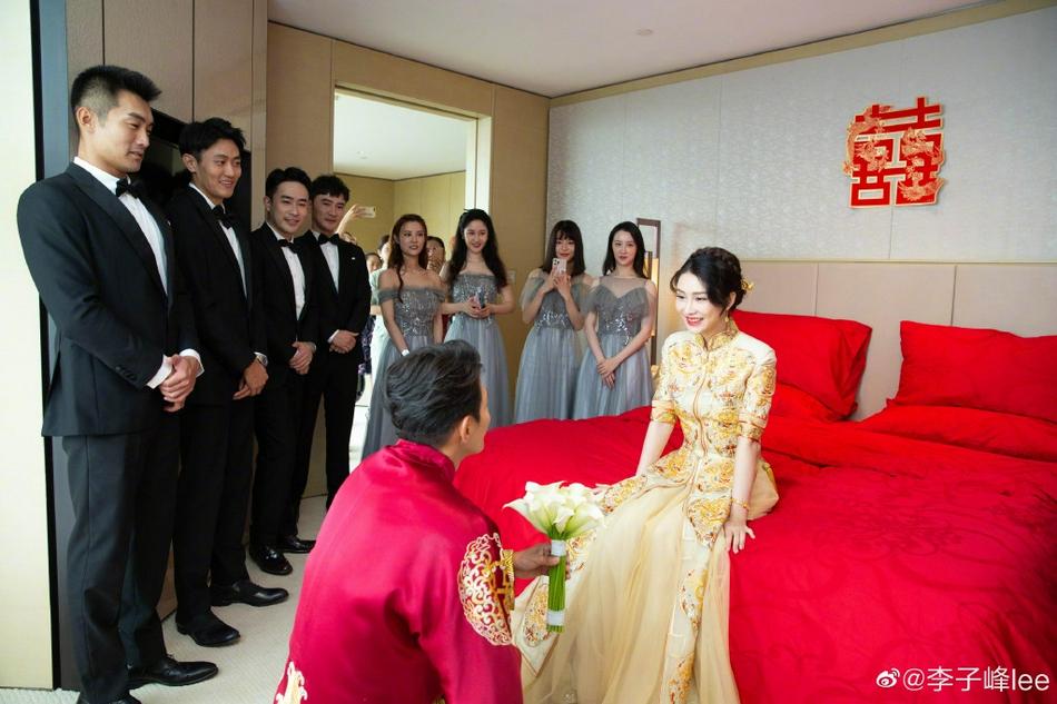 Theo Sina, anh thổ lộ tình yêu với vợ trước chứng kiến của dàn phù dâu, phù rể.