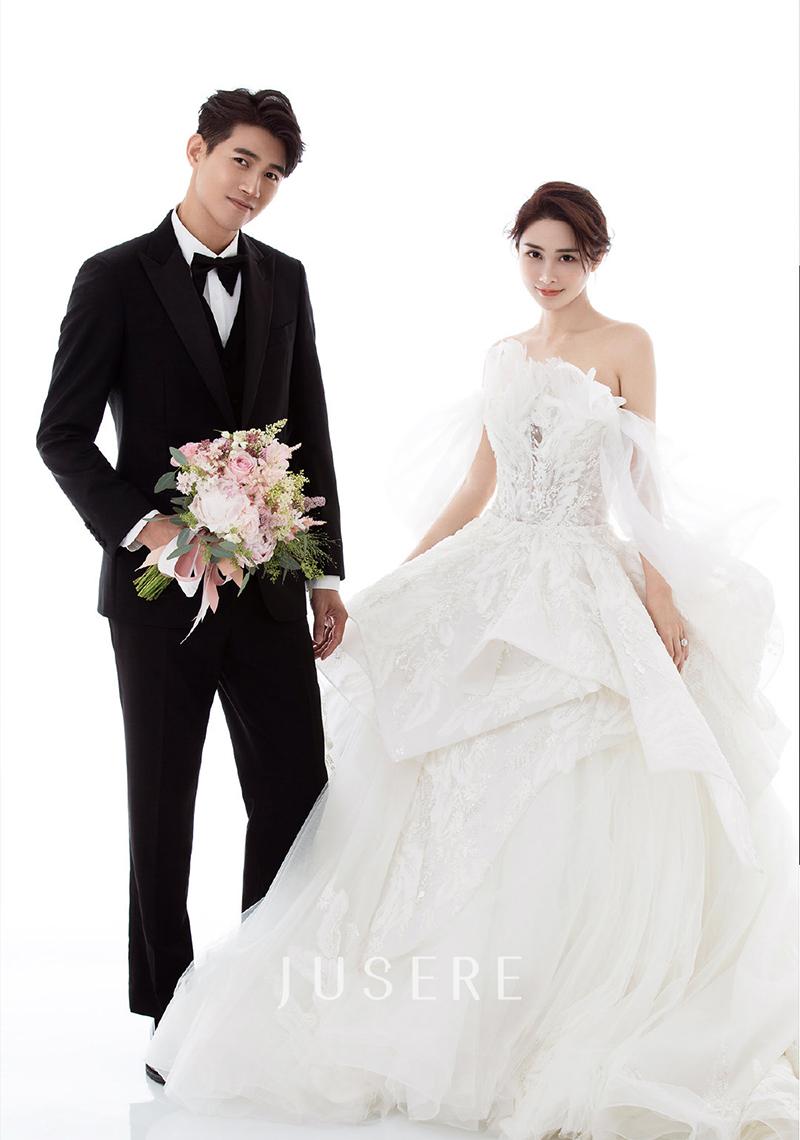 Trước đó, Lâm Tử diện đầm lệch vai chụp ảnh cưới.