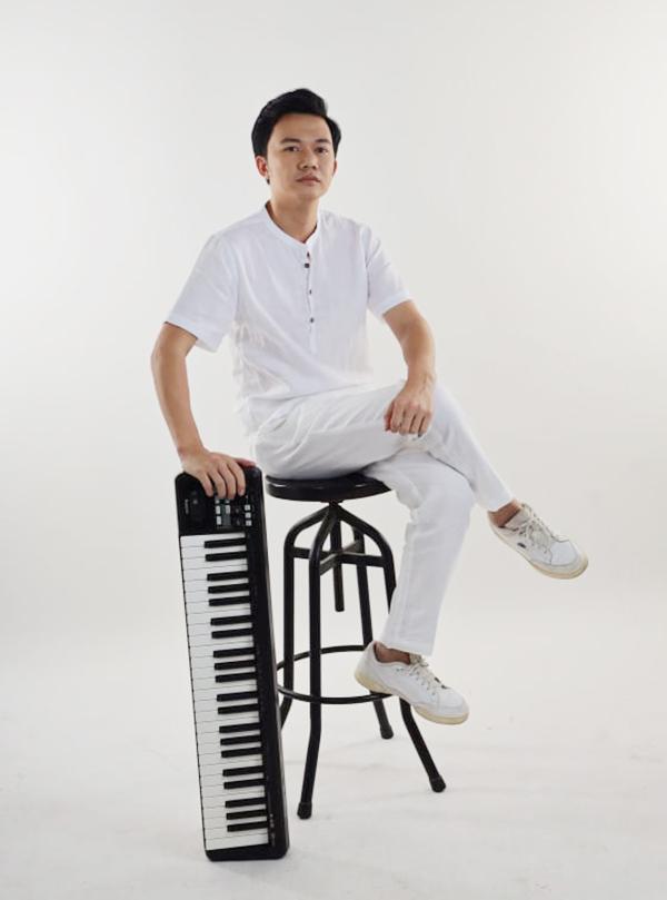 Nhạc sĩ Bá Hùng sinh năm 1987. Trước khi sáng tác nhạc, anh từng là thầy giáo. Ảnh: Facebook Nguyễn Bá Hùng.