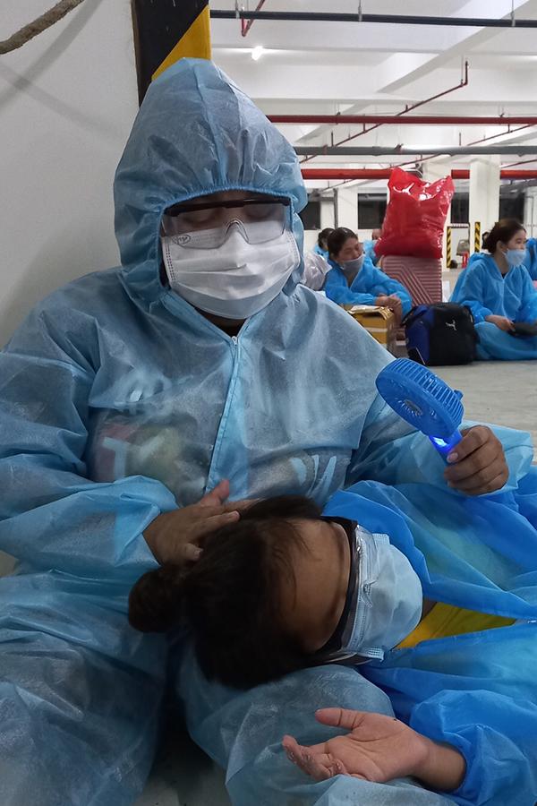Diễn viên Kim Đào và con trai ở tạm một bãi giữ xe trước khi được đưa đi điều trị ở bệnh viện dã chiến. Ảnh: Nhân vật cung cấp.
