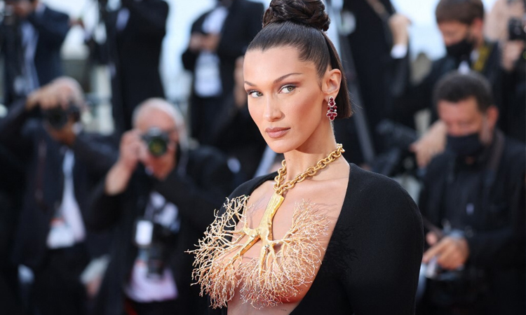 Bella Hadid đeo vòng cổ hình lá phổi trên thảm đỏ Cannes hôm 11/7. Ảnh: AFP.