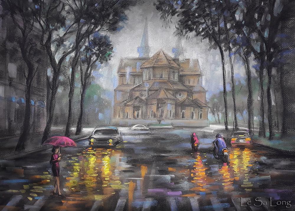 Họa sĩ Lê Sa Long giới thiệu phần hai bộ tranh Sài Gòn những ngày giãn cách. Anh vẽ con đường Phạm Ngọc Thạch (quận 3) trong buổi chiều tan tầm, trời mưa như trút nước. Khung cảnh buồn vắng khiến họa sĩ nhớ lại những ngày phố thị đông đúc vào những mùa mưa trước. Tranh được vẽ bằng pastel (phấn tiên) và bột than trên nền giấy canvas.
