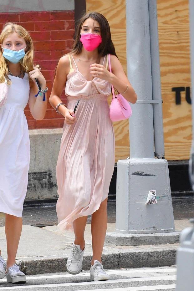 Một trong những lần hiếm hoi Suri diện váy trên phố ở tuổi teen. Khác hẳn hồi nhỏ với phong cách tiểu thư công chúa, giờ cô bé chuộng mặc quần áo theo phong cách năng động, hiện đại. Ảnh: Splash News.
