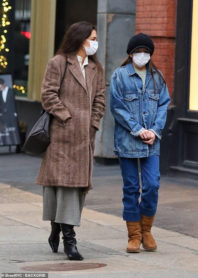Phong cách ngày lạnh của cô bé với cả bộ denim, nhấn bằng mũ beret, giày Ugg lót lông cừu.