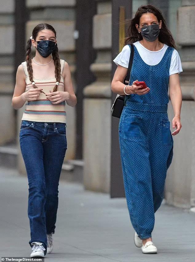 Hai mẹ con nữ diễn viên mặc đồng điệu với chất liệu denim va phong cách vintage. Trong khi Katie Holmes chọn quần yếm và giày loafer của Gucci, Suri kết hợp quần jeans và kiểu áo đan móc theo tinh thần thập niên 1970. Ảnh: The Image Direct.