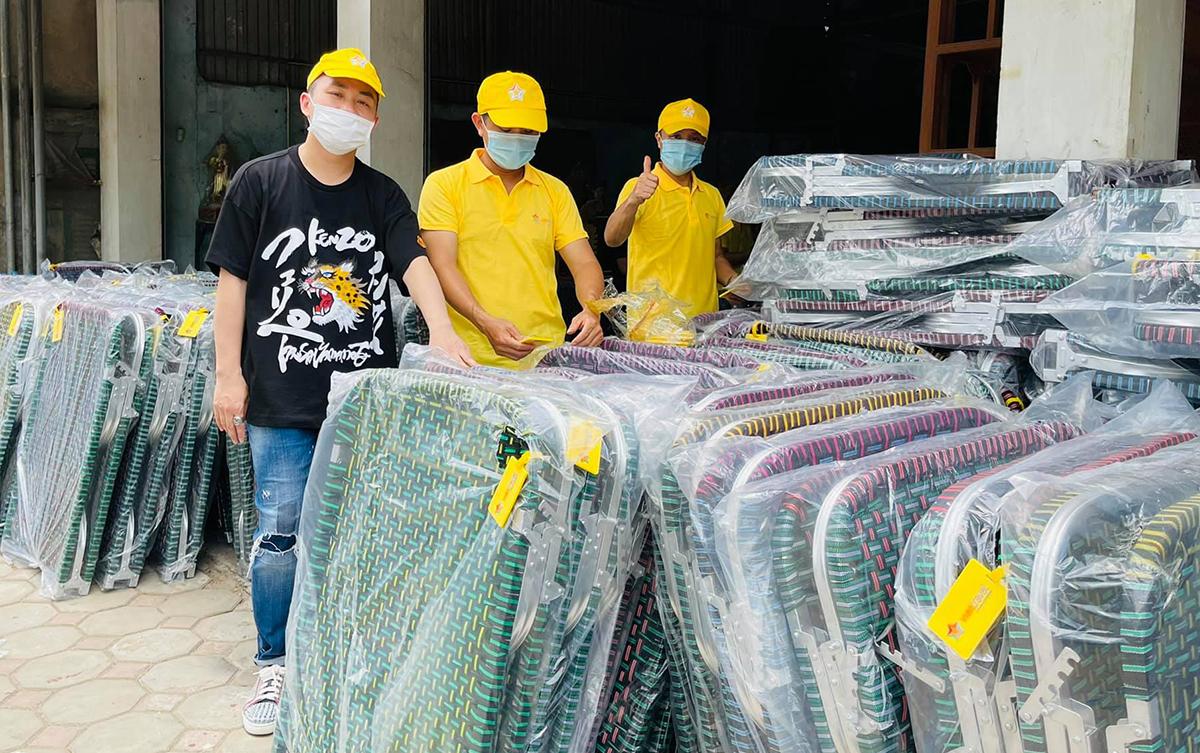 Tùng Dương (trái) mua gường xếp gửi vào TP HCM. Ảnh: Facebook Tung Duong.