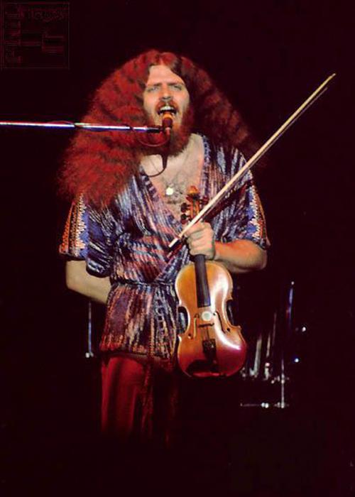 Robby Steinhardt trong một buổi diễn cùng ban nhạc Kansas. Ảnh: Kansas Facebook.