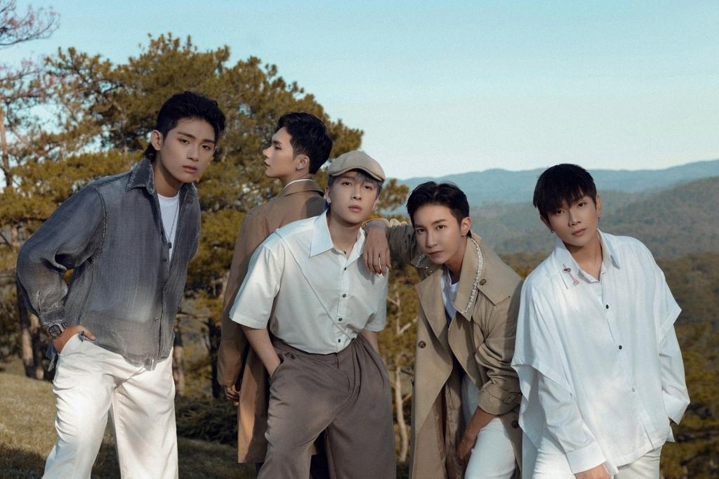 Năm thành viên GreyD, Zino, Nicky,  Key và J (từ trái sang).