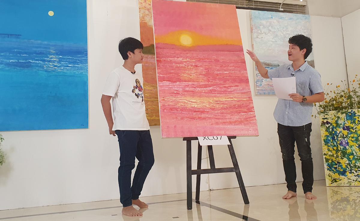 Một bức tranh về biển của Xèo Chu (trái) đấu giá được 320 triệu đồng. Ảnh: Nhân vật cung cấp.