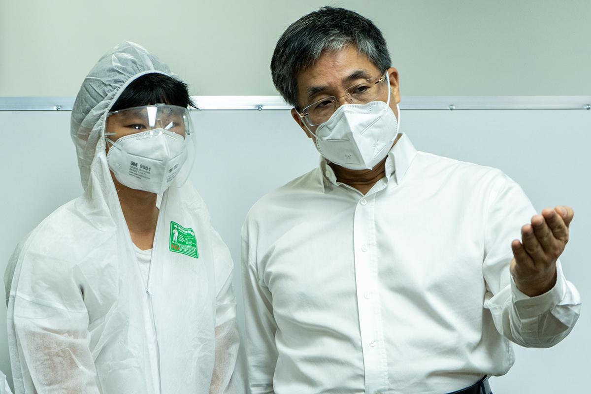 Xèo Chu (trái) trao máy thở cho PGS.TS Nguyễn Hoàng Bắc -  giám đốc Bệnh viện Đại học Y dược TP HCM, chiều 21/7. Ảnh: Nhân vật cung cấp.