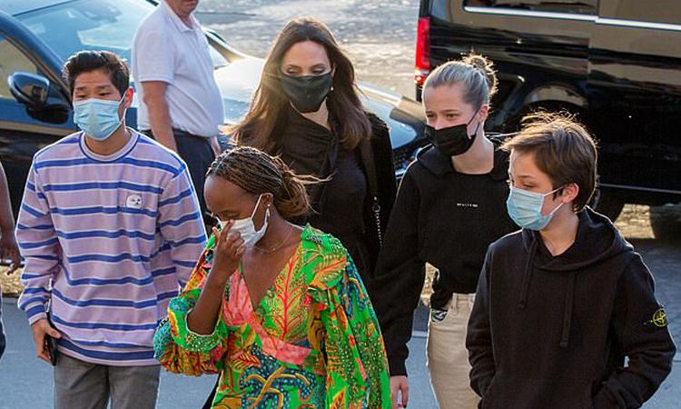 Angelina Jolie cùng bốn con đi du lịch tại Pháp. Ảnh: Splash.