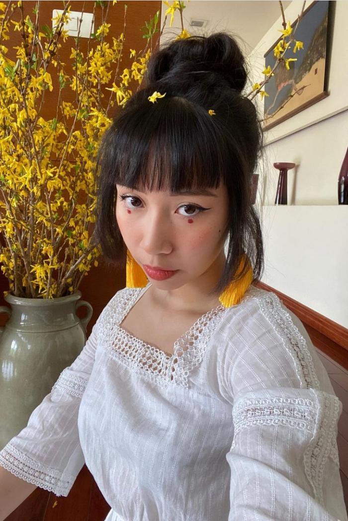 Cô gái 19 tuổi thích biến hóa với những kiểu tóc tết, bới... hay tạo điểm nhấn trên gương mặt với những kiểu trang điểm, đính phụ kiện đang là xu hướng của giới trẻ.