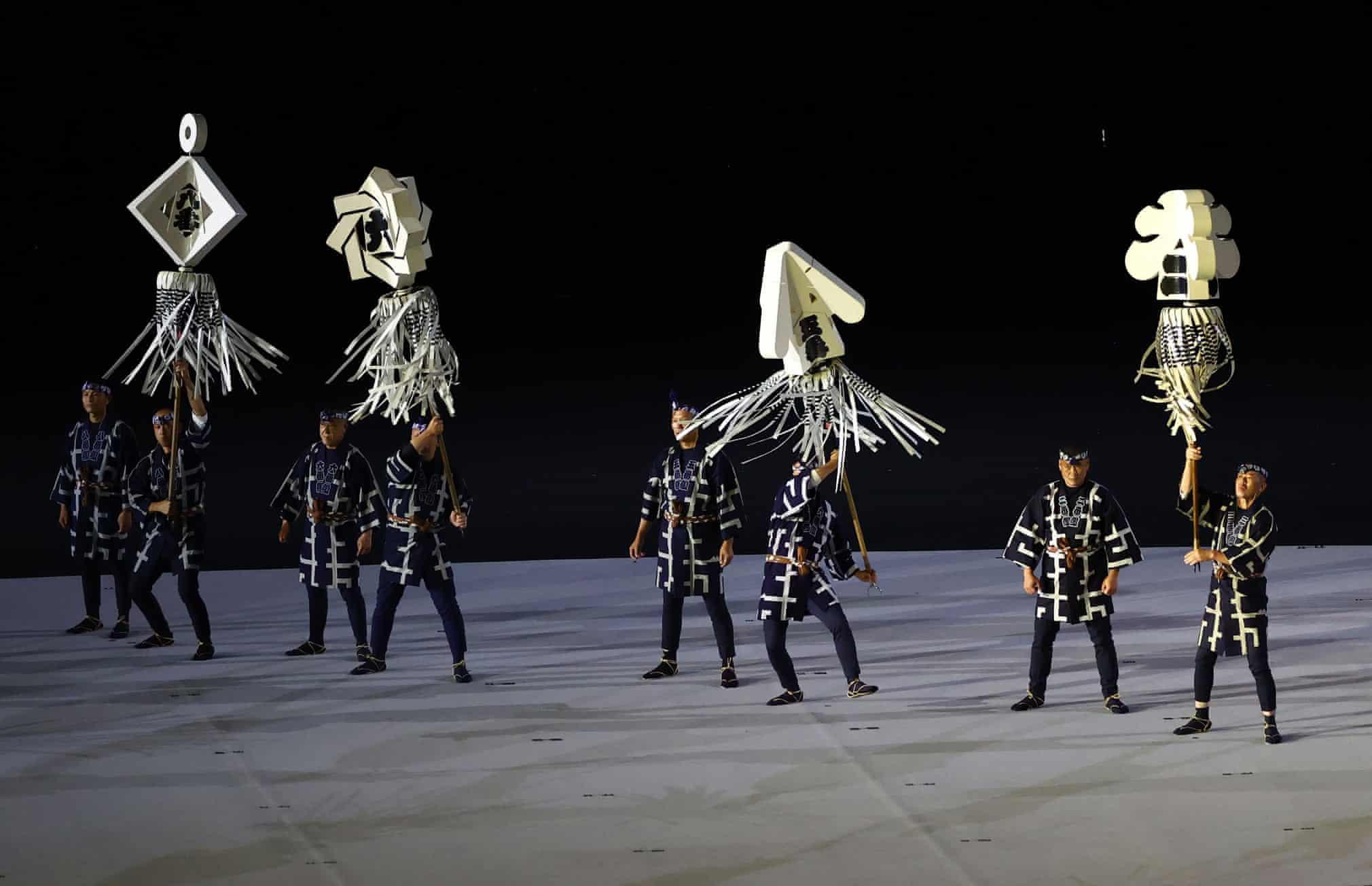 Tiết mục khai mạc Olympic mang không khí cổ trang. Ảnh: Reuters.