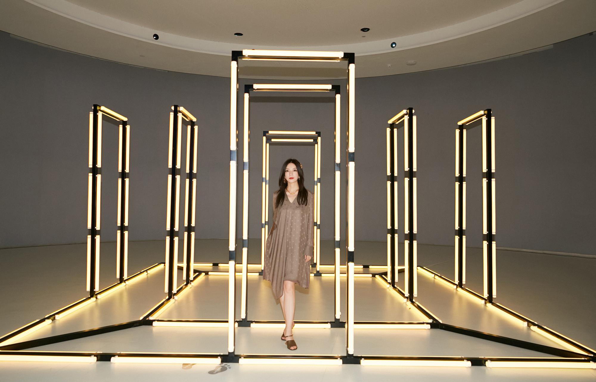 Diễn viên 45 tuổi dự show của Fendi tại Thượng Hải, tối 23/7.