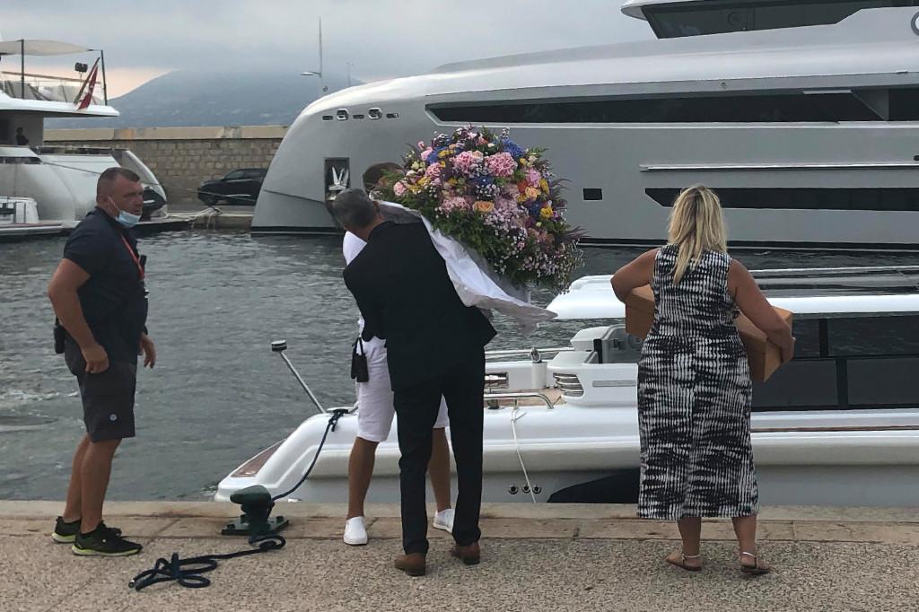 Hoa và bánh sinh nhật của Jennifer Lopez được mang lên du thuyền của cả hai. Ảnh: Mega.