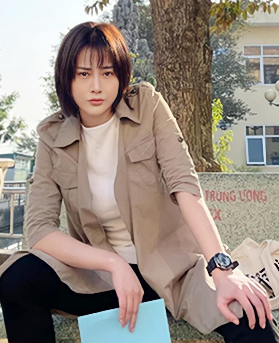 Set đồ áo thun kết hợp sơ mi dáng dài xuất hiện trong nhiều phân cảnh phim.